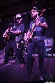 Bob Wayne -voz y guitarra-, Joe Mitchell -batería- y Mike Khalil -guitarra- de Bob Wayne & The Outlaw Carnies, Kafe Antzokia, Bilbao. 2015