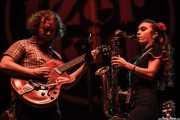 Adam Hoskins -guitarra- y Chloe Feoranzo -clarinete y saxofón- de Pokey LaFarge, BIME festival, Barakaldo. 2015