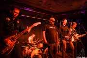 Peter Greenberg -guitarra-, Andy Jody -baterista-, Barrence Whitfield -cantante-, Tom Quartulli -saxofonista- y Phil Lenker -bajista- de Barrence Whitfield & The Savages, Kafe Antzokia, Bilbao. 2015