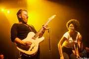 Matt Hill -guitarra-, Nikki Hill -voz- y Ed Strohsahl -bajo- de Nikki Hill, Kafe Antzokia, Bilbao. 2015