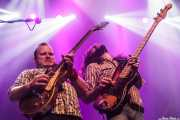 Jimmy Bowskill -guitarra- y Ryan Gullen -bajo- de The Sheepdogs, Kafe Antzokia, Bilbao. 2015