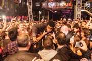 Ty Taylor, cantante de Vintage Trouble, haciendo crowsurfing sobre el público (WOP Festival 2015, Bilbao, 2015)