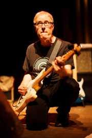 Tommy Dunbar, guitarrista y cantante de The Rubinoos