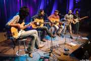 Jokin Salaberria -bajo invitado-, Dani Merino -voz y guitarra-, Peter Abels -voz y guitarra-, Saúl Santolaria -voz invitado- Pit Idoyaga -voz y guitarra- de La Costa Oeste (Kafe Antzokia, Bilbao, 2016)