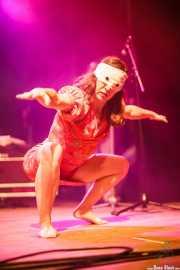 Idurre Azkue, bailarina, cantante corista de Diamond Heroes (Kafe Antzokia, Bilbao, 2016)