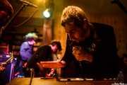 José Ramón Rioja -voz y teclado-, Alberto Lorenzo -bajo- y Fernando Ulzión -saxo- de La Hora del Primate (Hika Ateneo, Bilbao, 2016)