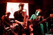 Iván Barrio -guitarra-, Fernando Ulzión -saxo- y Alberto Lorenzo -bajo- de La Hora del Primate (Hika Ateneo, Bilbao, 2016)