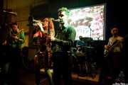 Simon Wild -guitarra-, Tina Swasey -voz y trompeta-, Kieran Ridgers -saxo-, Alex De Renzi -batería- y Ylenia Tilli -bajo- de Oh! Gunquit (Hika Ateneo, Bilbao, 2016)