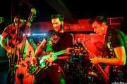 """Karlos López -voz y contrabajo-, Iago """"Pezu"""" -voz y guitarra-, Rober Gurt del Rio -batería- y Tupeloko -saxofón y armónica- de Screamers & Sinners (Sala Edaska, Barakaldo, 2016)"""