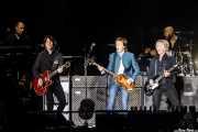 """Paul """"Wix"""" Wickens -teclado-, Rusty Anderson -guitarra-, Paul McCartney -voz, bajo, guitarra, piano-, Brian Ray -guitarra y bajo- y Abe Laboriel Jr -batería- (Estadio Vicente Calderón, Madrid, 2016)"""