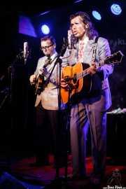 Roberto Cubero -mandolina y voz- y Enrique Cubero -voz y guitarra- de Los hermanos Cubero (Kafe Antzokia, Bilbao, 2016)