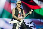 Rudolf Schenker, guitarrista de Scorpions con la ikurriña a su espalda (Bilbao Arena, Bilbao, 2016)