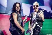 Pawel Maciwoda -bajo y Rudolf Schenker -guitarra- de Scorpions (Bilbao Arena, Bilbao, 2016)
