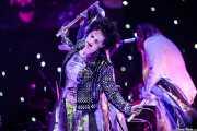 Régine Chassagne, -voz, batería, acordeón y hurdy gurdy- y Win Butler -voz, guitarra, piano y mandolina- de Arcade Fire (Bilbao BBK Live, Bilbao, 2016)