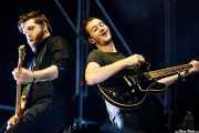 Justin Lockey -guitarra- y Tom Smith -voz. guitarra y teclados- de Editors (Bilbao BBK Live, Bilbao, 2016)