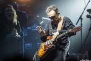 Justin Adams -guitarra-, Robert Plant -voz- y John Baggott -teclado- de Robert Plant & The Sensational Space Shifters (Bilbao Arena, Bilbao, 2016)