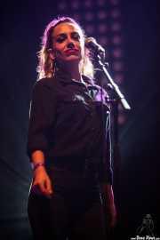 Verónica Ferreiro, cantante corista de Aurora and The Betrayers (Mundaka Festival, Mundaka, 2016)