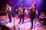 """David Pisabarro """"413"""" -voz y banjo-, Jon Ander Burgos -trompeta- y Elena Arteagoitia -violín- de Ghost Number & His Tipsy Gypsies (Kafe Antzokia, Bilbao, 2016)"""