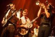 """David Pisabarro """"413"""" -voz y banjo-, Jokin Madinabeitia -guitarra-, Daniel Olano -batería y percusión- y Jon Ander Burgos -trompeta- de Ghost Number & His Tipsy Gypsies (Kafe Antzokia, Bilbao, 2016)"""