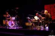 Ches Smith -batería-, Shahzad Ismaily -bajo- y Marc Ribot -guitarra y voz- de Marc Ribot's Ceramic Dog (Sala BBK, Bilbao, 2016)