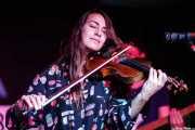 Indra Salima Kartodirdjo, cantante, violinista y armonicista de The Cosmic Carnival (La Ribera, Bilbao, 2016)