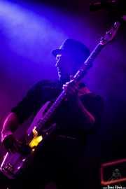 Guillermo Mata, bajista de The Kleejoss Band (Santana 27, Bilbao, 2016)