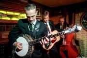 Paul Fitzgerald -banjo y voz-, Neil Robert Herd -voz y guitarra- y Andrew Stafford -contrabajo- de The Coal Porters (Purple Weekend Festival, León, 2016)