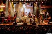 """Miguel Moral -voz-, Iñigo L. Agudo -voz-, Saúl Santolaria -voz-, Pit Idoyaga -voz y guitarra-, Sara Íñiguez -voz-, Iñaki Uranga -voz y guitarra-, Inés Goñi -voz-, Charly Uribe -voz y guitarra-, Juan Uribe -bajo-, Ander Cisneros -percusión-, Iñigo Gil -batería-, Josu Aguinaga -guitarra-, Ricardo Ibáñez """"Ricky"""" -pandereta-, Guillermo """"Willy"""" García -saxofón-, Fernando Gerrikagoitia -trombón-, Gorka Carralero -trompeta-, Álex Blasco -órgano-, Lázaro Anasagasti -batería-, Natxo Beltrán -batería-, Diego LasHeras -pianista-,Jokin Salaberria -bajo y voz-, Dani Merino -guitarra y voz-, Txomin Guzmán -voz, guitarra y órgano-, Álvaro Segovia-, guitarra-, Alfredo Niharra -guitarra y voz- y Gonzalo Portugal -guitarra y voz- del Homenaje a The Concert for Bangladesh. George Harrison (Santana 27, Bilbao, 2016)"""