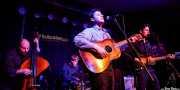 Andy Carroll -contrabajo-, Chris Hepola -batería-, Page Burkum -voz y guitarra- y Jack Torrey -voz y guitarra- de The Cactus Blossoms (Kafe Antzokia, Bilbao, 2017)