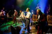 Sascha Haack -contrabajo-, Eddie Renner -piano-, Tilmann Schneider -guitarra-, Ray Collins -voz, guitarra, vibráfono-, Doc Puky -saxofón-, Tommy Greed -batería-, Lars Kuklinski -trompeta-, Tom Schlomi Pospiech -saxofón- y Tin Tinious -saxofón- de Ray Collins' Hot Club (Kafe Antzokia, Bilbao, 2017)