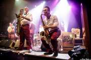 Sascha Haack -contrabajo-, Tom Schlomi Pospiech -saxofón-, Ray Collins -voz, guitarra, vibráfono-, Doc Puky -saxofón- y Lars Kuklinski -trompeta- de Ray Collins' Hot Club (Kafe Antzokia, Bilbao, 2017)