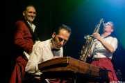 Tilmann Schneider -guitarra-, Eddie Renner -piano- y Doc Puky -saxofón- de Ray Collins' Hot Club (Kafe Antzokia, Bilbao, 2017)