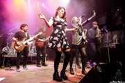"Gabriel ""Brown"" León -bajo-, Aitor Zorriketa ""The Malamute"" -guitarra- e Inés Goñi -voz- de Mississippi Queen & The Wet Dogs, con Berta BitterSweet -voz- y Charles Cooper -saxo- (Kafe Antzokia, Bilbao, 2017)"