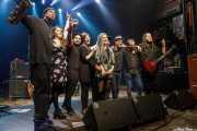 """Charles Cooper -saxo-, Inés Goñi -voz-, Gabriel """"Brown"""" León -bajo-, Virginia Fernández -batería-, Berta BitterSweet -voz-, Big Sound Boy -DJ-, Javier Alzola -saxo-, Álvaro Bazán -teclado- y Aitor Zorriketa """"The Malamute"""" -guitarra-, saludando tras los conciertos homenaje a Amy Winehouse del ciclo Izar & Star (Kafe Antzokia, Bilbao, 2017)"""