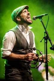Saúl Santolaria, cantante, guitarrista y percusionista de Saúl & Friends (Kafe Antzokia, Bilbao, 2017)