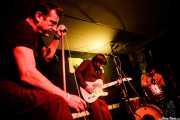 """Paco Luis Martos -bajo, washtub bass y guitarra-, Pedro de Dios Barcelo """"Perico"""" -guitarra y voz- y Carlos Jimena -batería- de Guadalupe Plata (Trinkete Antitxokoa, Gernika, 2017)"""