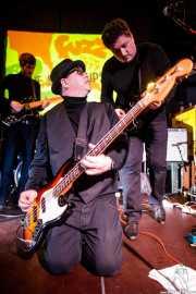 Sean Doherty -guitarra-, Dave Arnold -bajo- y Anthony Rigby -guitarra- de The Shook-Ups (Hika Ateneo, Bilbao, 2017)