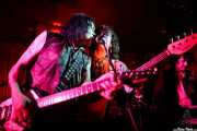 Rudi Protrudi -voz, armónica, guitarra-, David Thorpe -bajo- y Vinny -guitarra- de The Fuzztones (Satélite T, Bilbao, 2017)