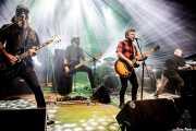 Txarlie Solano -bajo y guitarra-, David González -bajo y guitarra-, Xanpe -batería-, Rafa Rueda -voz y guitarra- y Aitor Abio -teclados- de Pi L.T. (Kafe Antzokia, Bilbao, 2017)