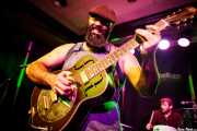 Reverend J. Peyton -voz y guitarra-y Max Senteney -batería- de The Reverend Peyton's Big Damn Band (Kafe Antzokia, Bilbao, 2017)
