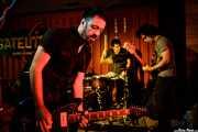 """Iván Barrio -voz y guitarra-, Alberto Diez """"Pelos"""" -batería- y Alberto Lorenzo -bajo- de Los Cosméticos (Satélite T, Bilbao, 2017)"""