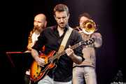 Delomenie -saxo-, Hugh Valot -guitarra- y Philippe Georges -trombón- de Alpha Blondy & The Solar System (Music Legends Fest, Sondika, 2017)