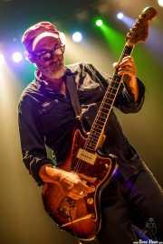 Giovanni Ferrario, guitarrista sustituto de Huge Race Fatalists (Kafe Antzokia, Bilbao, 2017)