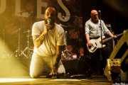 Joe Talbot -voz- y Adam Devonshire -bajo- de Idles (Bilbao BBK Live, Bilbao, 2017)