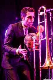 Israel Carmona, trombonista y percusionista de Freedonia (Aste Nagusia - Plaza Nueva, Bilbao, 2017)