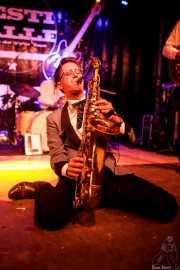Spencer Evoy, cantante y saxofonista de MFC Chicken (Festivalle Tobalina, Quintana Martín Galíndez, 2017)