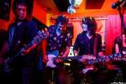 Borja Aramburu -bajo-, Aitor Godoy -guitarra-, Iñigo Agirrebalzategi -voz y guitarra- y Ana Agirrebalzategi -teclado- de The Northagirres (Shake!, Bilbao, 2017)