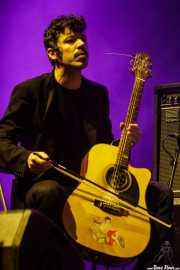 Javier Bejarano, guitarrista (con arco)  y teclista de Pablo Und Destruktion (BIME festival, Barakaldo, 2017)