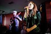 Yvan Serrano-Fontova -guitarra- y Hayley Red -voz- de The Dustaphonics (Satélite T, Bilbao, 2018)