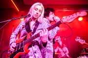 Francy Graham -guitarra-, Fiona Campbell -batería- y  Ian Svenonius -voz-, de Chain & The Gang (Kafe Antzokia, Bilbao, 2018)